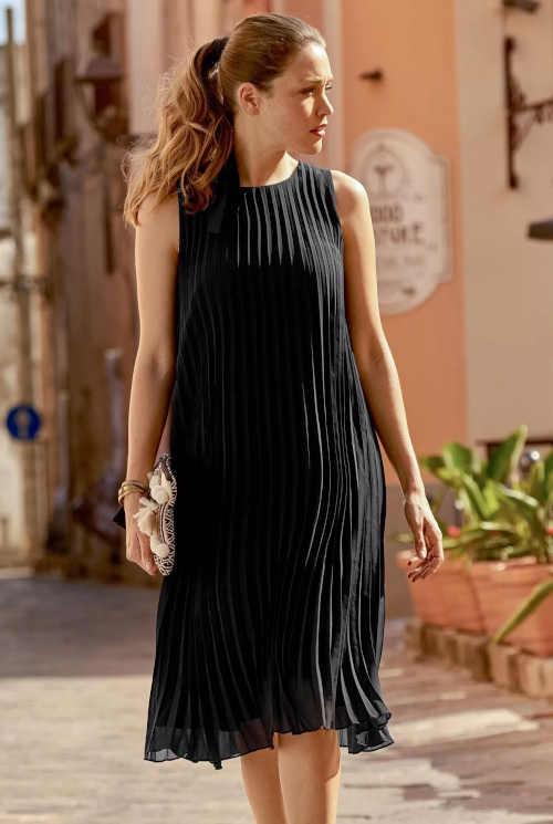 Skladané šaty v čiernej farbe