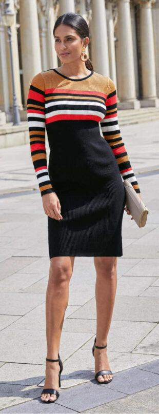 Pletené šaty v prúžkovanom vzore s hlbokým výstrihom