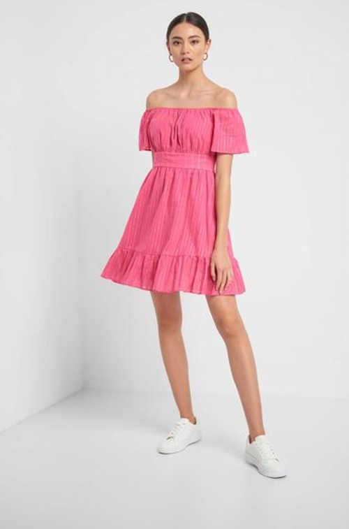 Krátke moderné dámske šaty s odhalenými ramenami