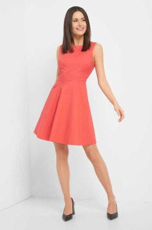 Moderné áčkové šaty s lodičkovým výstrihom a bez rukávov