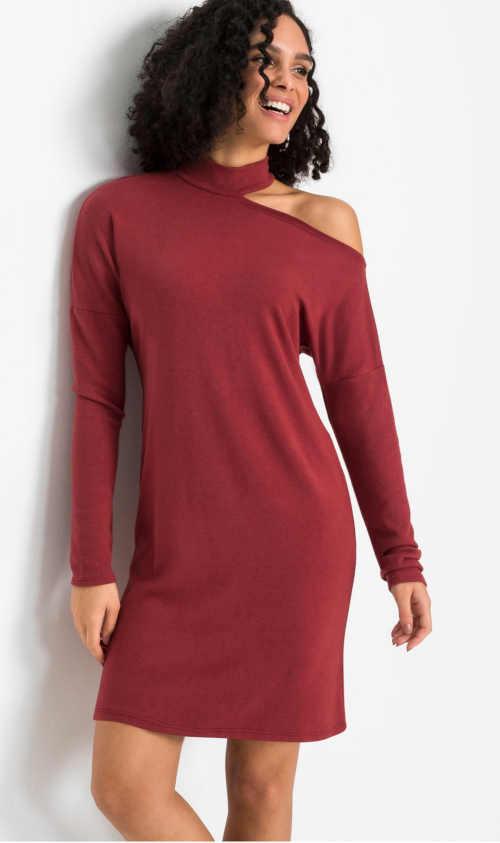 Úpletové šaty v červenom prevedení s efektívnym prestrihom na ramene