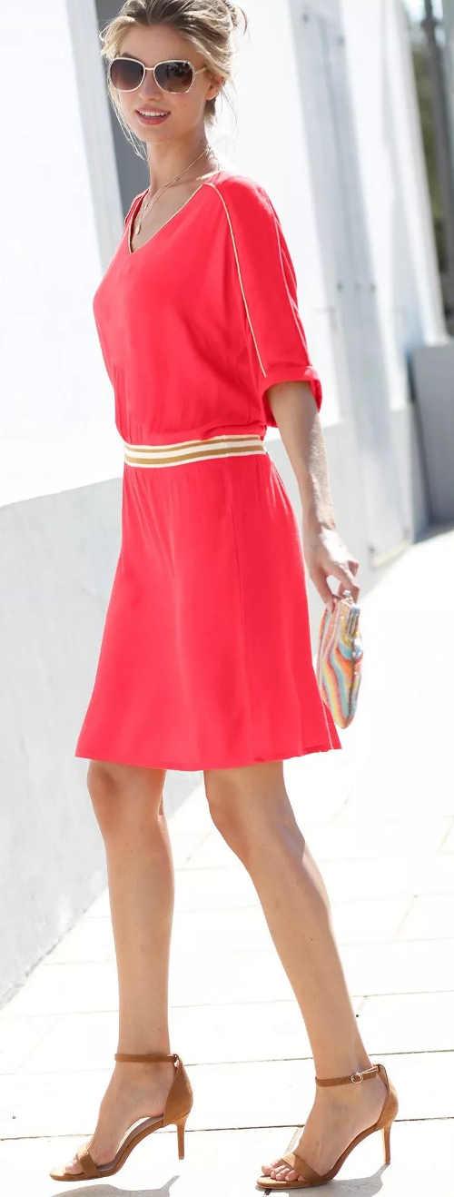 Jednofarebné letné spoločenské šaty so zlatou lemovkou