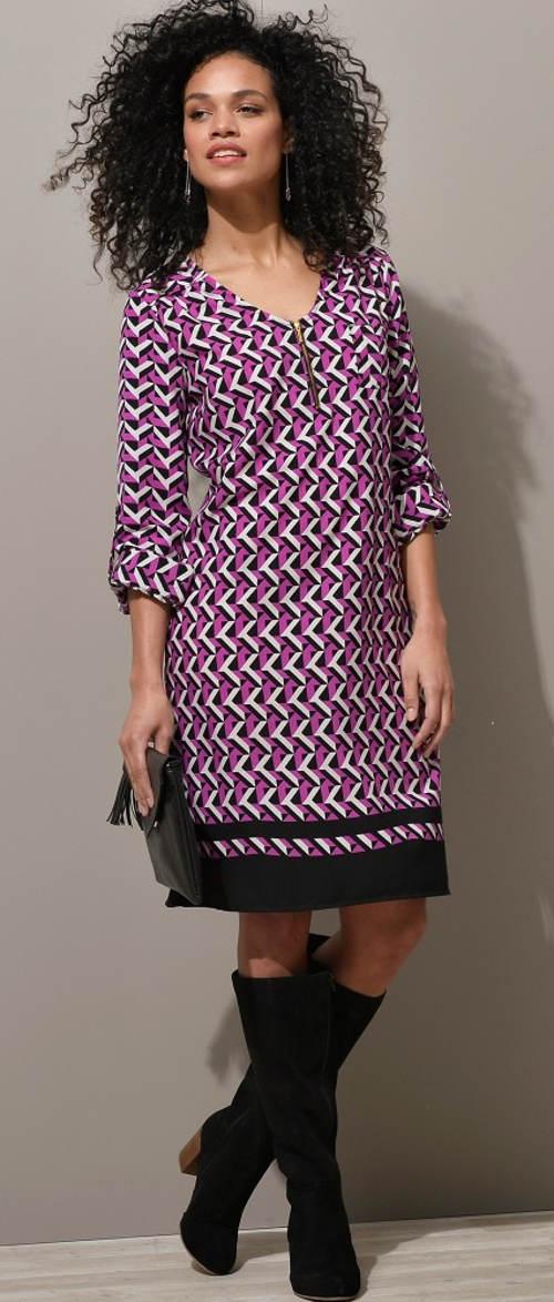 Fialové dámske šaty s geometrickým vzorom