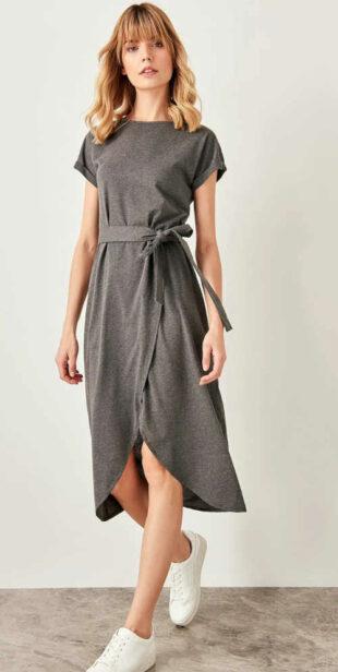 Dámske moderné šaty s opaskom s otvoreným rozparkom vpredu