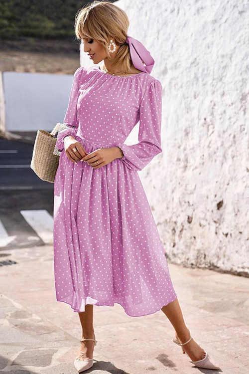 Svetlo fialové šaty v romantickom strihu s bodkovaným vzorom