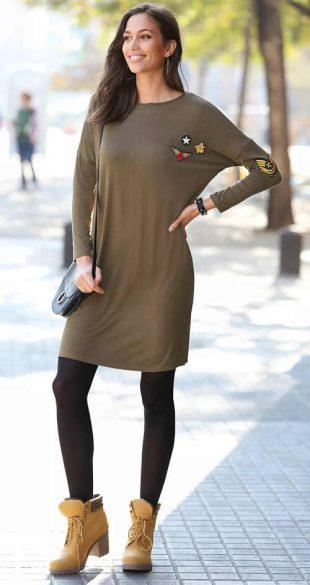 Krátke šaty s dlhými rukávmi a aplikáciami v khaki farbe