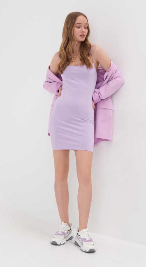 Mini šaty rovného strihu s tenkými ramienkami v levanduľovej farbe