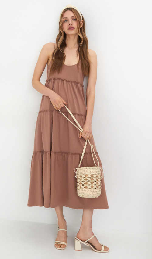 Moderné dámske maxi šaty v béžovej farbe s tenkými ramienkami