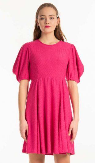Módne šaty s elegantným naberaným strihom v ružovej farbe