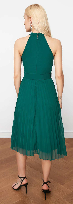 Zelené plesové šaty s plisovanou sukňou