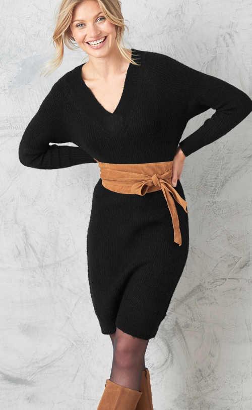 Moderné čierne šaty so svetrom