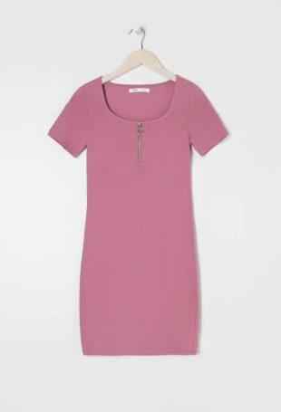 Šaty s ozdobným zipsom v krátkej sexi dĺžke v lichotivom strihu